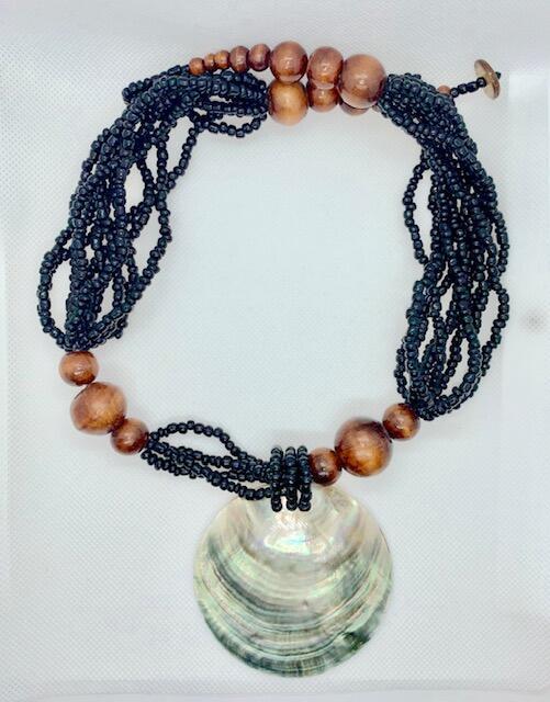 Collier perles noire bois et pendentif coquille