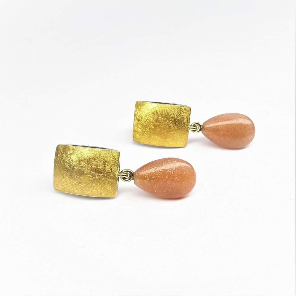 Boucles d'oreilles en or fin, or jaune 18kt, argent 925-. et pampilles en pierre de soleil. Pièce unique.
