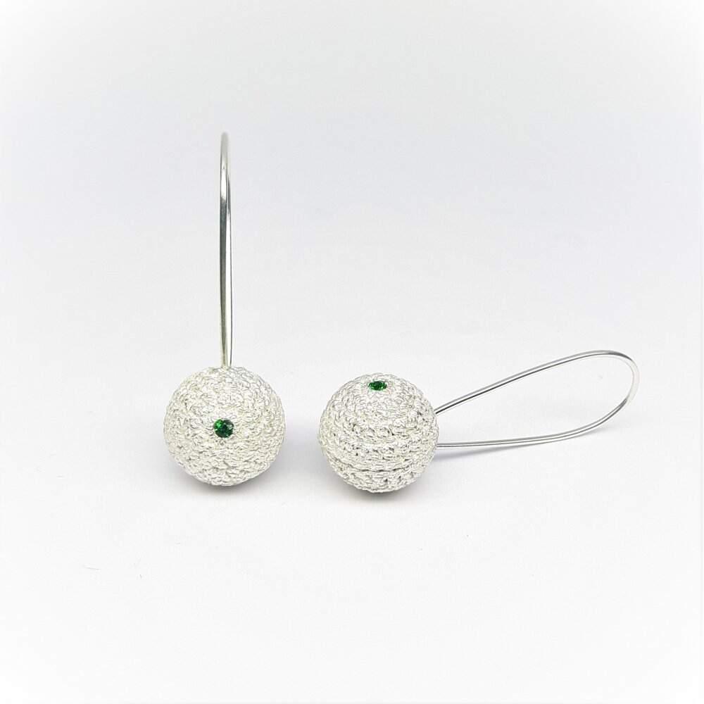 """Boucles d'oreilles """"Kugelrund"""" fait main au crochet, argent et tsavorites. Pièce unique."""